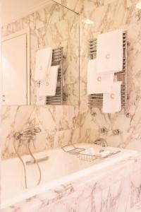 A bathroom at Four Seasons Hotel Milano