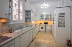 A kitchen or kitchenette at Capricorn - Luxurious apartment in Kolonaki