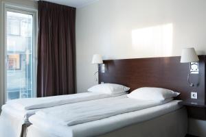 سرير أو أسرّة في غرفة في Comfort Hotel Trondheim