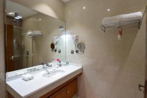 Um banheiro em Novotel Suites Riyadh Dyar