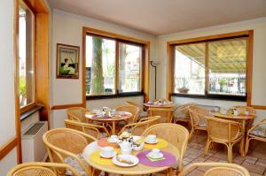 Un restaurante o sitio para comer en Hotel Il Ceppo
