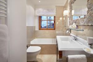 A bathroom at Landsitz Römerhof - Hotel Apartments