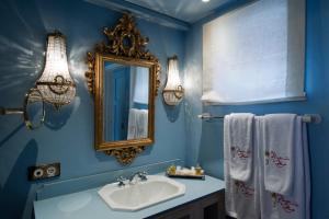 Een badkamer bij Hotel Hacienda de Abajo-Adults Only