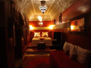 Ein Bett oder Betten in einem Zimmer der Unterkunft Riad Les Nuits de Marrakech