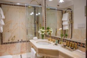 A bathroom at Due Torri Hotel