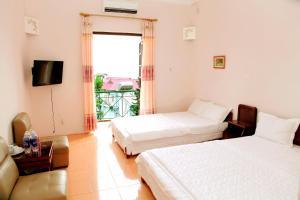 Giường trong phòng chung tại Khách Sạn Cây Thông