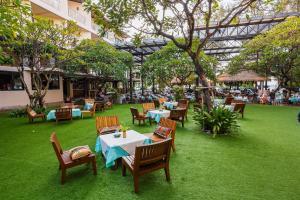 Ein Restaurant oder anderes Speiselokal in der Unterkunft Baan Laimai Beach Resort & Spa - SHA Plus