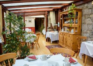 A restaurant or other place to eat at Clarke Cottage Guest House