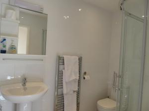 A bathroom at Cherry Lodge