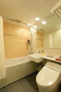 A bathroom at THE SINGULARI HOTEL & SKYSPA at UNIVERSAL STUDIOS JAPAN