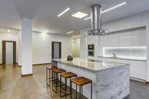 Кухня или мини-кухня в Люкс Апартаменты на ул Смольного