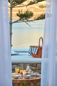 A restaurant or other place to eat at Mykonos Waves Beach House & Suites