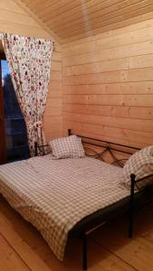 A bed or beds in a room at Au chalet