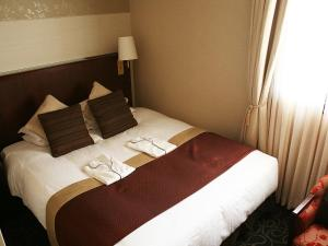 A bed or beds in a room at Shibuya Creston Hotel