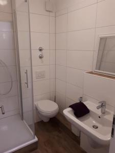 A bathroom at GästeHaus am Flughafen Düsseldorf