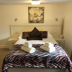 A bed or beds in a room at Black Swan