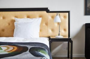 A bed or beds in a room at Hotel Opus Horsens