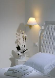 A bed or beds in a room at Hotel Al Cavallino Bianco