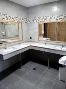 A bathroom at Albergue Miguelin