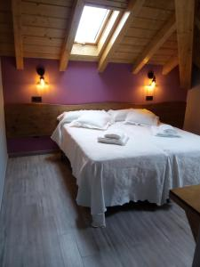 A bed or beds in a room at Albergue Miguelin