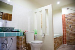 A bathroom at AmornSukhothai Hotel