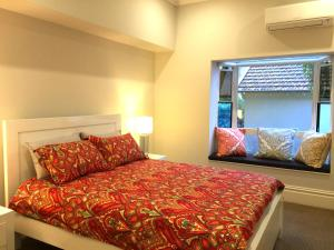 A bed or beds in a room at Luxury House In Bondi Junction