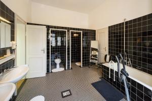 Een badkamer bij Hotel am Berg