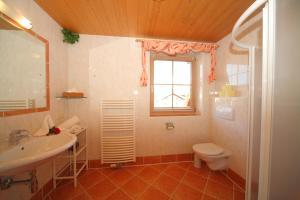 Koupelna v ubytování Landhaus Steiner