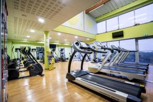 The fitness center and/or fitness facilities at Best Western Hotel Ile de France