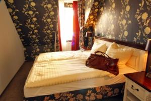 A bed or beds in a room at Ratskeller Waren