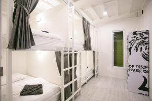 เตียงสองชั้นในห้องที่ The Street Hostel