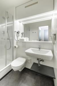 A bathroom at ibis Bremen City