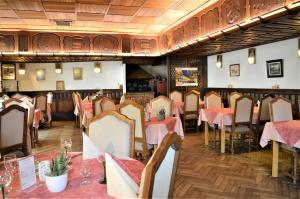 A restaurant or other place to eat at Kleiber