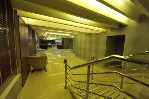 O saguão ou recepção de Al Janaderia Suites 7