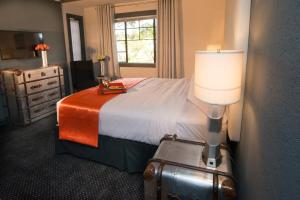 A bed or beds in a room at Avalon Hotel Downtown St. Petersburg