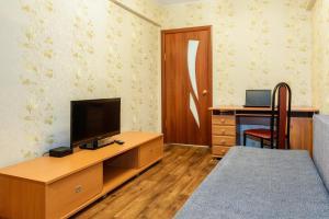 Телевизор и/или развлекательный центр в Apartment TwoPillows on Lenina 52