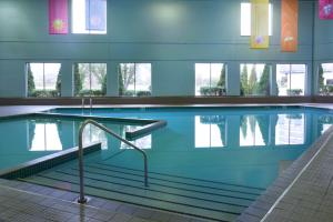 The swimming pool at or close to Delta Hotels by Marriott Toronto Airport & Conference Centre