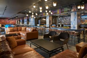 The lounge or bar area at Delta Hotels by Marriott Toronto Airport & Conference Centre