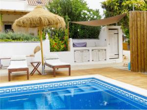 The swimming pool at or near Retiro da Janela
