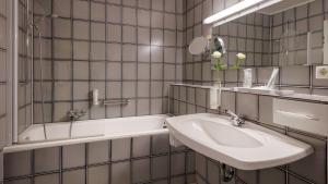 A bathroom at Wyndham Garden Gummersbach