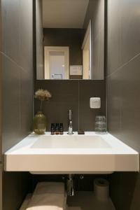 A bathroom at Court Hotel City Centre Utrecht