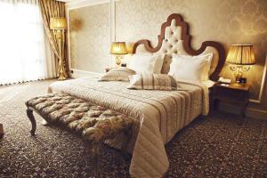 سرير أو أسرّة في غرفة في فندق سوادي