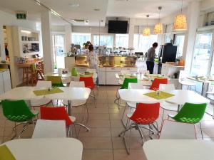 Ein Restaurant oder anderes Speiselokal in der Unterkunft Hotel Aviva
