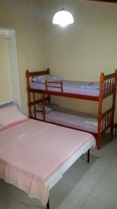 Uma ou mais camas em beliche em um quarto em Casa segura e tranquila