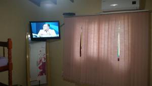 Uma TV ou centro de entretenimento em Casa segura e tranquila