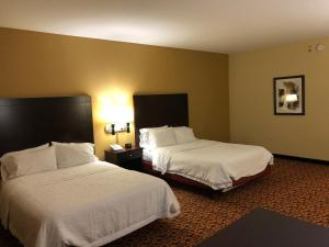 A bed or beds in a room at Hampton Inn & Suites Fort Lauderdale - Miramar