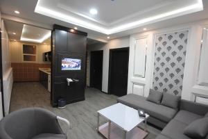Uma área de estar em Darin Furnished Apartments