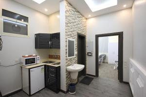 Um banheiro em Darin Furnished Apartments