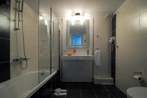 A bathroom at Kythira Golden Resort