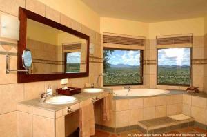 A bathroom at Gocheganas Lodge